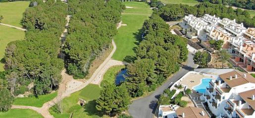 Vista aérea de uno de los hoyos del campo de golf ubicado en la zona de Son Parc, en la zona norte de Menorca.