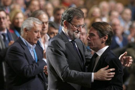 El presidente del Gobierno y del PP, Mariano Rajoy (i), saluda al presidente de honor del PP y expresidente del Ejecutivo, José María Aznar (d), durante la inauguración de la convención nacional del Partido Popular, primer gran cónclave de los populares en este 2015, que se inicia este viernes en el Palacio Municipal de Congresos de Madrid.