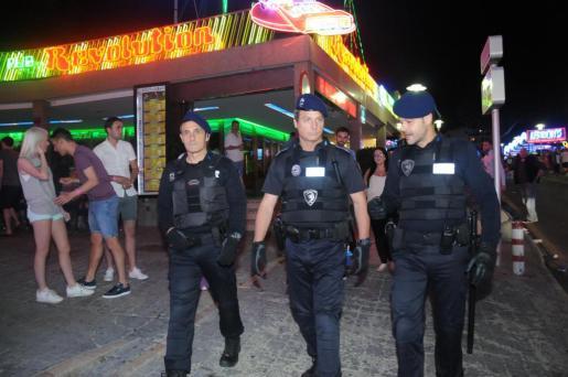 Un grupo de policías patrulla la zona de Punta Ballena.
