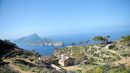 Vista panorámica de la finca de la Trapa con la isla de la Dragonera al fondo.