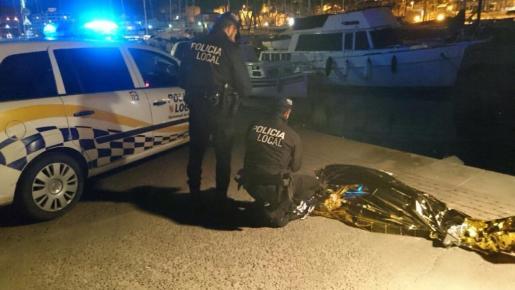 Dos agentes de la UTC, anochejunto al cadáver.