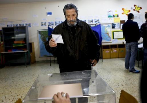 Un hombre se preparar para depositar su voto en las elecciones griegas.