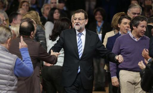 El presidente del Gobierno, Mariano Rajoy, saluda a los militantes a su llegada a la clausura de la convención nacional del PP.