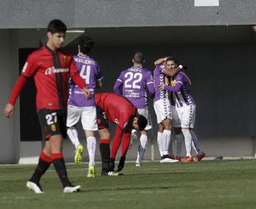 Los jugadores del Valladolid celebran un gol.