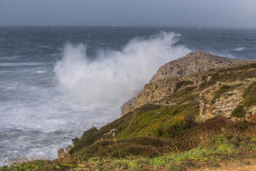 En Menorca, las olas han alcanzado estemediodía varios metros de altura.