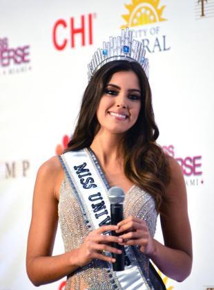 La colombiana Paulina Vega posa ante los medios tras convertirse en la nueva Miss Universo.