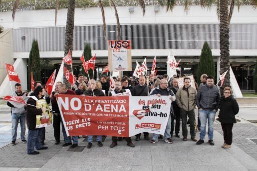 Imagen de la concentración que ha tenido lugar en el aeropuerto de Palma.