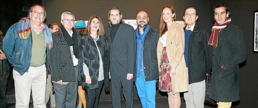 Tomás Morell, Llorenç Julià, Ángela Moreda, José Aranda, Karim Gaafar, Carmen Cordón, Tito López y Nando Torres, ante la obra expuesta.