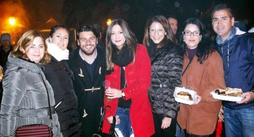 Antonia Fornari, Rosa Llobera, Javier Bonet, Águeda Carbonell, Belén Soto, Esperanza Crespí y Raúl Martín, con sus bandejas repletas de viandas.