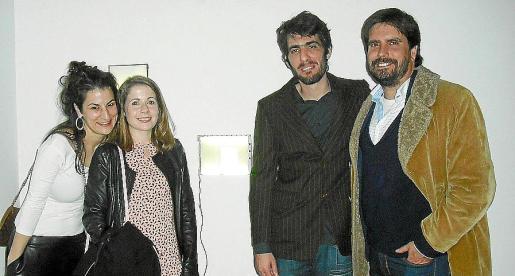 Nuria Güell, Irene de Andrés, Levi Orta y Fernando Gómez de la Cuesta, ante la obra premiada en la categoría de Artes Visuales de Irene de Andrés.