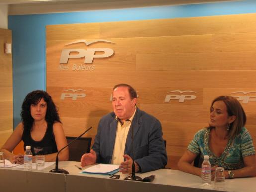 Esta mañana ha comparecido en rueda de prensa el presidente de la Junta Territorial de Palma, José María Rodríguez acompañado por la coordinadora del programa electoral, Gari Duran y la portavoz del PP de Palma, Sandra Fernández.