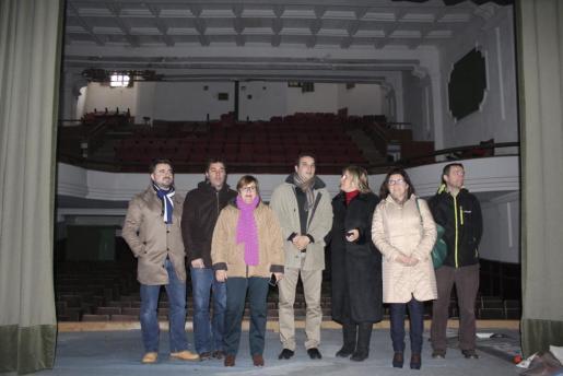 El alcalde, Bartomeu Cifre; el teniente de alcalde,Martí Roca; los regidores David Alonso, Francisca Cerdà, Maria Buades y el concejal Pepe García abrieron este lunes las puertas del cine Capitol para observar su estado.