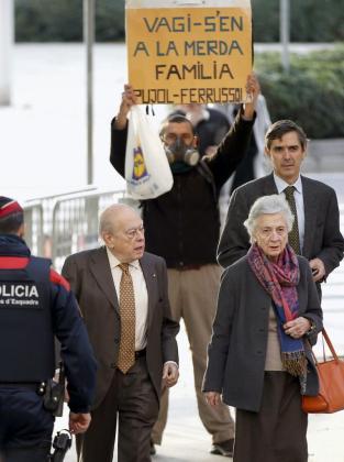 El expresidente de la Generalitat Jordi Pujol junto a su esposa, llegando al juzgado.