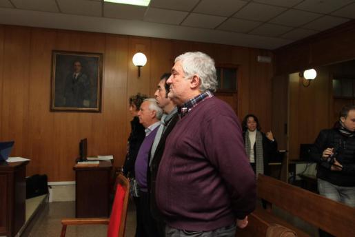 Bernat Coll, alcalde de Lloseta, en primer plano junto a los otros tres ediles juzgados por presuntos delitos de prevaricación.