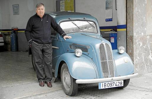 Raúl Blanco, junto a su Ford Popular de 1953, un modelo muy poco visto en las carreteras de la Isla.