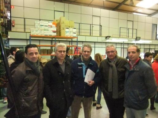 Josep Franco, Josep Melià, Francesc Moll, Jaume Font y Toni Fuster, candidatos del PI que durante su visita a la nave de la editorial.