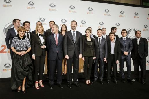 Los reyes Felipe y Letizia posan para la foto de familia junto a parte del equipo de Antena 3.