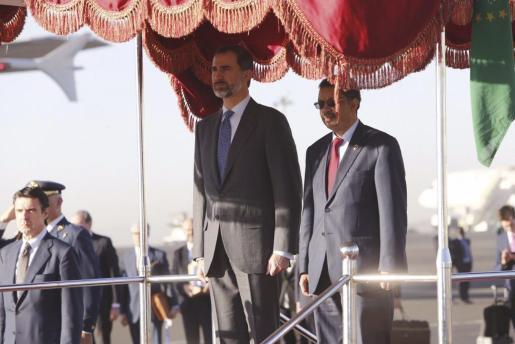 El Rey Felipe VI acompañado del ministro etíope de Asuntos Exteriores, Tedros Adhanom (dcha), a su llegada a Adis Abeba, la capital de Etiopía.