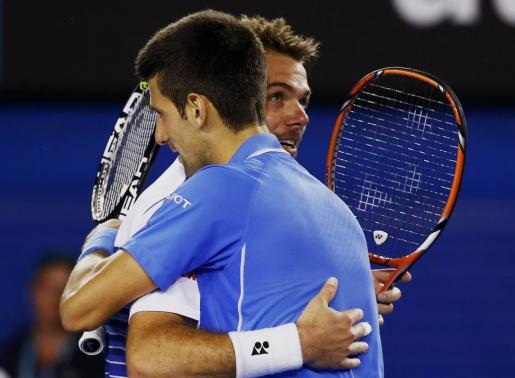 Novak Djokovic abraza a Stan Wawrinka, tras su victoria.