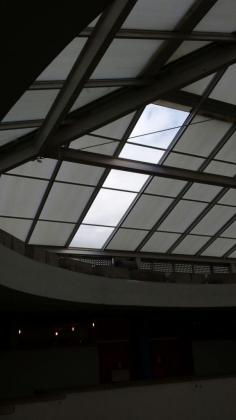 Una parte de la claraboya que cubre el techo del IES Maria Thomàs se ha desprendido por culpa del fuerte viento.