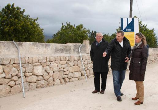 Maria Salom, Jeroni Salomy Bernardí Coll visitando las obras de pavimentación de diversas calles de Binissalem.