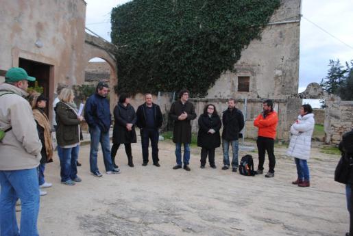 El alcalde Antoni Reus durante la visita a Son Real con el grupo de guías.