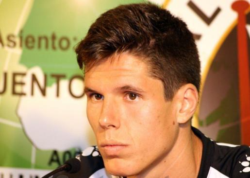 El centrocampista Héctor Yuste, nuevo jugador del Real Mallorca, durante una rueda de prensa.