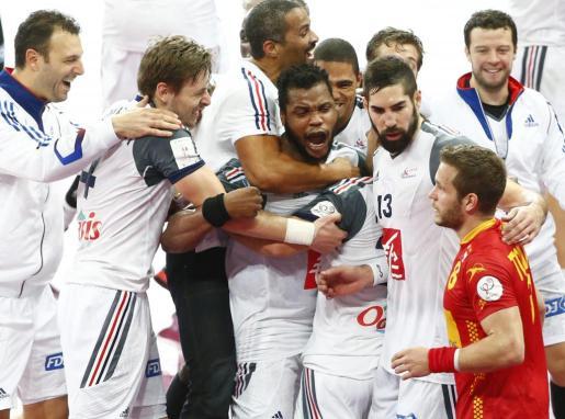 Los jugadores de la selección francesa de balonmano celebran la victoria conseguida ante España en la semifinal del Mundial de Balonmano de Catar 2015 disputada en el pabellón deportivo Lusail Hall, afueras de Doha, este viernes 30 de enero del 2015.