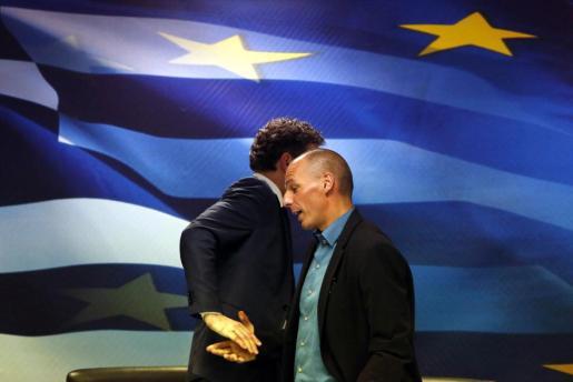 el presidente del Eurogrupo, Jeroen Dijsselbloem (i) y el ministro de Economía griego, Yanis Varoufakis, tras la reunión mantenida.