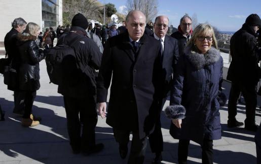 El ministro de Interior, Jorge Fernández Díaz, a su llegada al tanatorio.