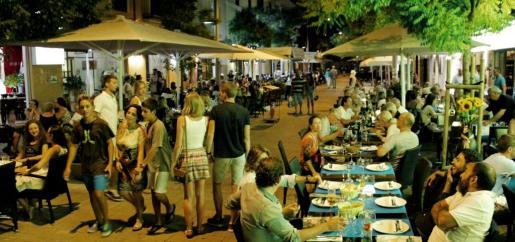 El sector turístico sigue siendo el motor de la economía balear. En la imagen, terrazas llenas este verano en Palma, con un constante incremento de la actividad que ha permitido que el paro encadene tres años seguidos de bajadas y se esté creando empleo.
