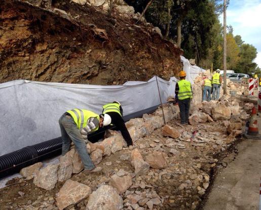 Operarios realizando las obras de prolongación del camó vell de Lluc.