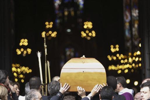 El féretro del editor José Manuel Lara Bosch, fallecido el sábado a los 68 años, ha entrado a hombros de sus hijos y de allegados a la familia en la barcelonesa Basílica de la Concepció para el funeral que ha reunido a varios centenares de personas.