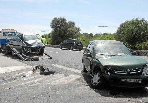 Imagen de los dos vehículos que colisionaron frontalmente en la carretera de Cap Blanc.