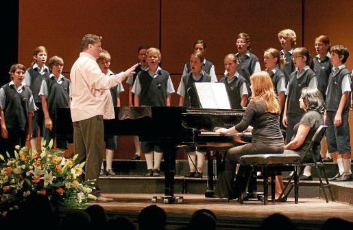 Los Chicos del Coro, que visitarán la isla el mes que viene, en plena actuación.