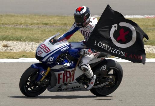 El piloto de Yamaha, Jorge Lorenzo, celebra su victoria en el circuito de Assen.