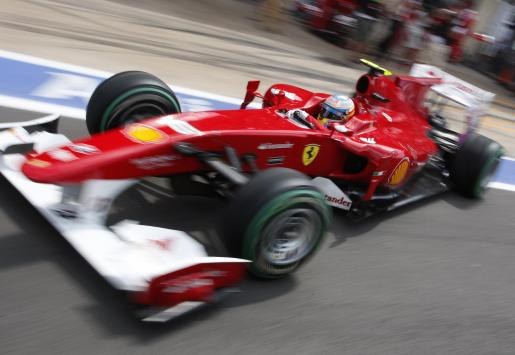 El piloto de Ferrari, Fernando Alonso, sale del pit lane durante la tercera sesión de entrenamientos libres del Gran Premio de Europa.