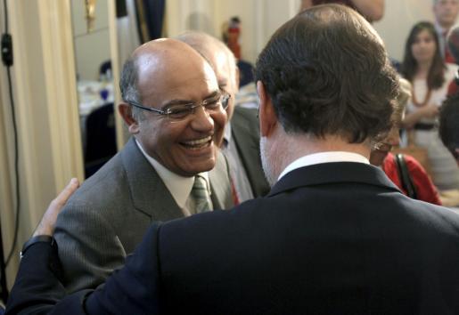El presidente del PP, Mariano Rajoy, saluda al presidente de CEOE, Gerardo Díaz Ferrán.