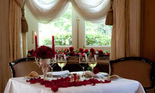 Muchos hoteles y restaurantes ofrecen menús especiales de San Valentín, donde no falta el rojo, las rosas y el cava.