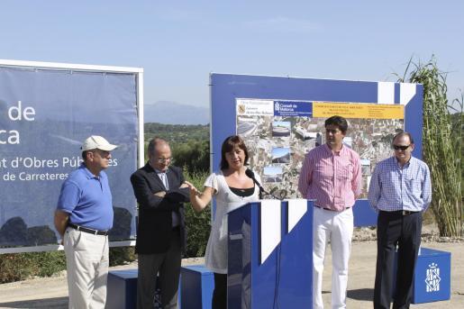Imagen de las autoridades con la empresa constructora.
