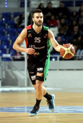 Pablo Bertone bota el balón durante un reciente encuentro.