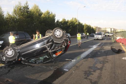 Un coche perdió el control, colisionó contra las vallas protectoras y quedó volcado sobre el asfalto.