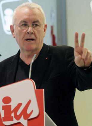 """El coordinador de IU, Cayo Lara,durante la rueda de prensa que ofreció hoy en la sede de su partido en la que ha acusado por primera vez públicamente a Podemos de lanzar una """"opa hostil"""" contra IU para fagocitarla y ha arremetido particularmente contra su líder, Pablo Iglesias, de quien ha dicho que no tiene principios, """"tiene los principios de Groucho Marx"""".También ha aprovechado para exigir al """"número 3"""" de Podemos, Juan Carlos Monedero, que aclare su situación con Hacienda. EFE/B"""
