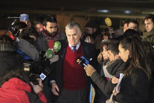 El extesorero del PP Luis Bárcenas hace declaraciones a su salida de la prisión madrileña de Soto del Real.