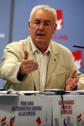 El coordinador general de IU, Cayo Lara, durante la rueda de prensa que ofreció.
