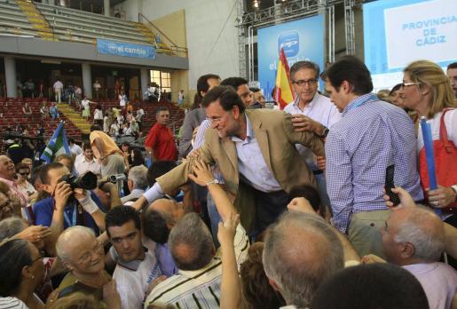 Rajoy saluda a asistentes al acto de presentación en Córdoba de los candidatos andaluces del PP a las elecciones municipales.
