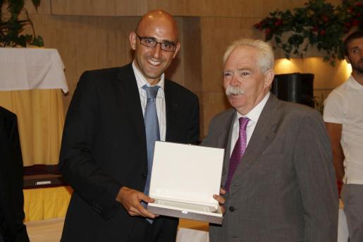Toni Sánchez, de El Corte Inglés, recoge una placa de manos de Jaume Estarellas.