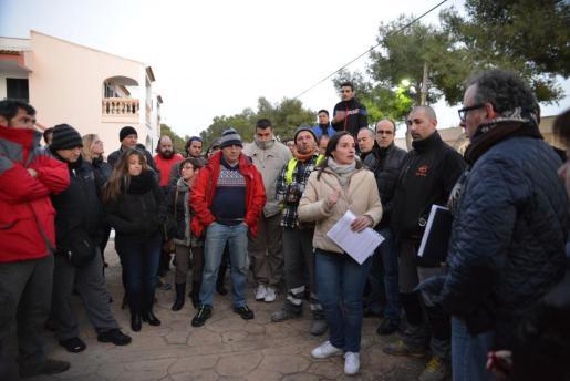 Momento de la reunión celebrada por los vecinos de los apartamentos Parasol para tratar la problemática del corte de luz.