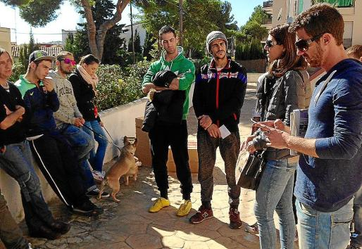 La regidora Eugenia Frau con algunos vecinos de los apartamentos Parasol.
