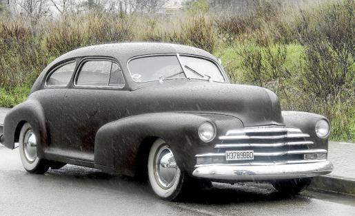 Juan Vadell, junto a su precioso Chevrolet de 1948 customizado y del que se siente muy orgulloso.